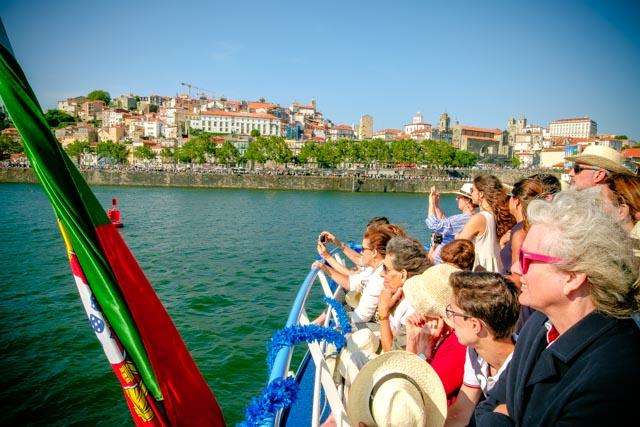 el-publico-siguiendo-la-regata-desde-una-embarcacion